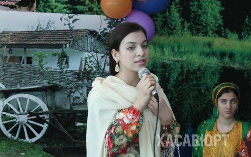 Лирические стихи Фазу Алиевой ученики читали на одной сцене вместе с педагогами