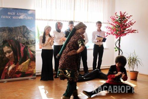 Поэтическая программа школьников Хасавюрта стала подарком всем женщинам к празднику весны