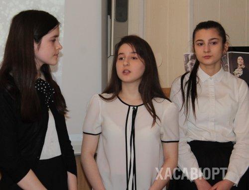 Хасавюртовские школьники встречают весну стихами Фазу Алиевой