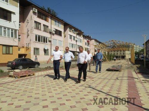 Заместитель министра строительства, архитектуры и ЖКХ РД Ибрагим Абакаров посетил объекты реализации программы «Формирование современной городской среды» в Хасавюрте