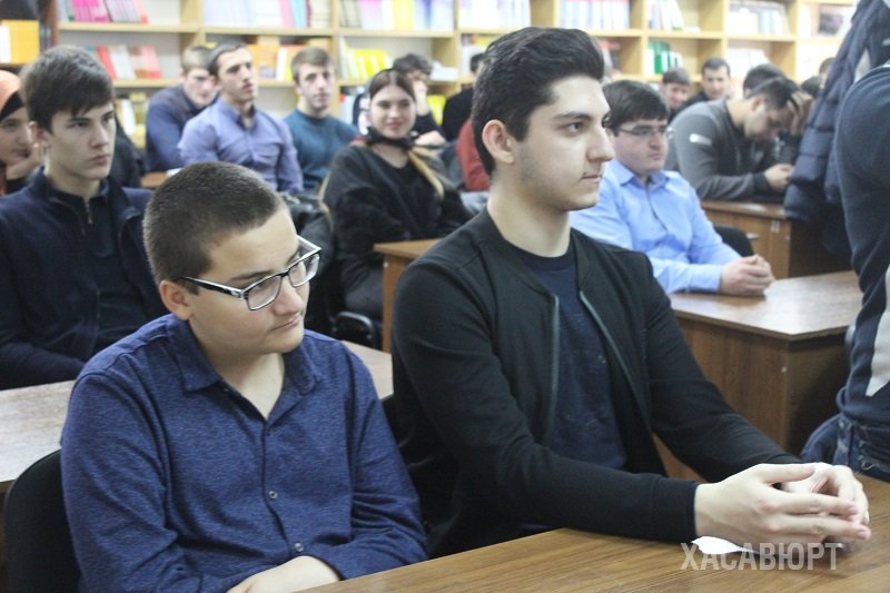 Студенты Хасавюрта встретились со следователями Следственного  Рассказал о том что устроиться на работу в следственный комитет помимо отличных знаний и прозрачной биографии молодого человека