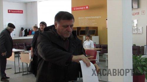 Глава Хасавюрта Зайнудин Окмазов проголосовал в здании МФЦ