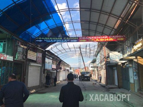 В Хасавюрте по ул. Набережная устраняют незаконно установленные сооружения