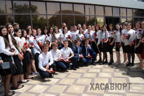 40 выпускников школ Хасавюрта получили золотые медали