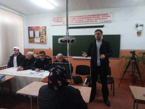 Представители лекторской группы встретились с родителями школьников в Хасавюрте