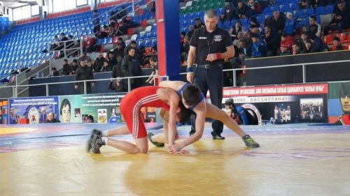 Первенство Дагестана по вольной борьбе среди юношей проходит в Хасавюрте