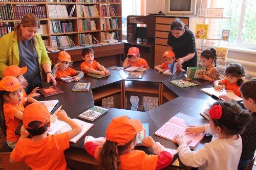 Самые юные горожане поздравили читателей библиотеки Хасавюрта