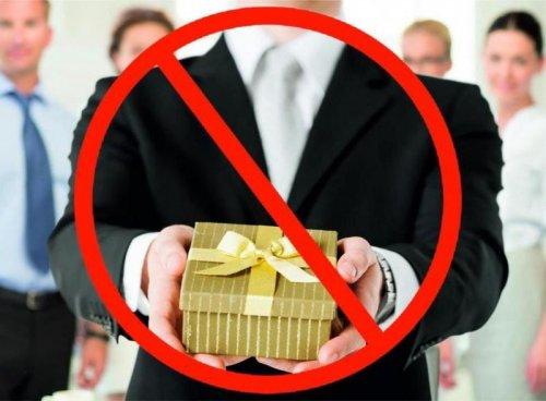 Администрация МО ГО «город Хасавюрт» в связи с новогодними и рождественскими праздниками напоминает о запрете дарить и получать подарки