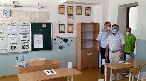 Глава Хасавюрта посетил городской пункт проведения ЕГЭ