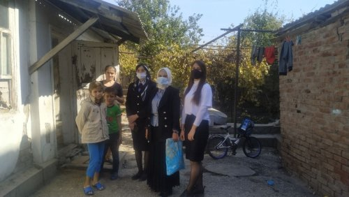 В Хасавюрте нуждающимся передали теплую одежду
