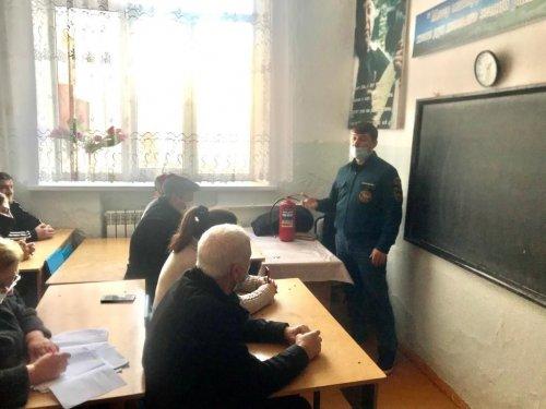 В Хасавюрте сотрудники МЧС провели занятия с преподавателями школ города