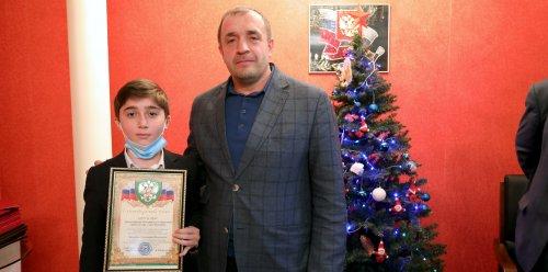 Мэр Хасавюрта наградил отличившихся учащихся и учителей города
